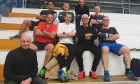 Chris Hadden (centre, chaussures rouges) et une partie du groupe des arbitres